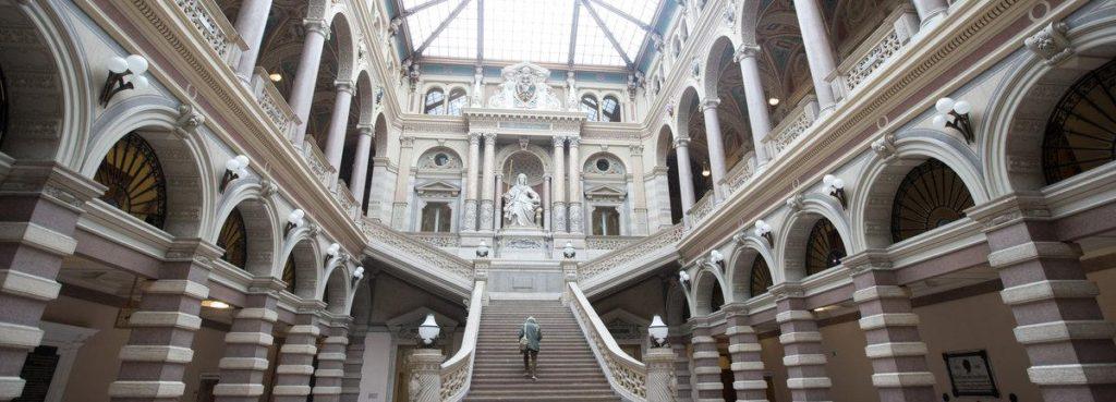 Die Eingangshalle des Wiener Justizpalastes mit der Statue der Justitia